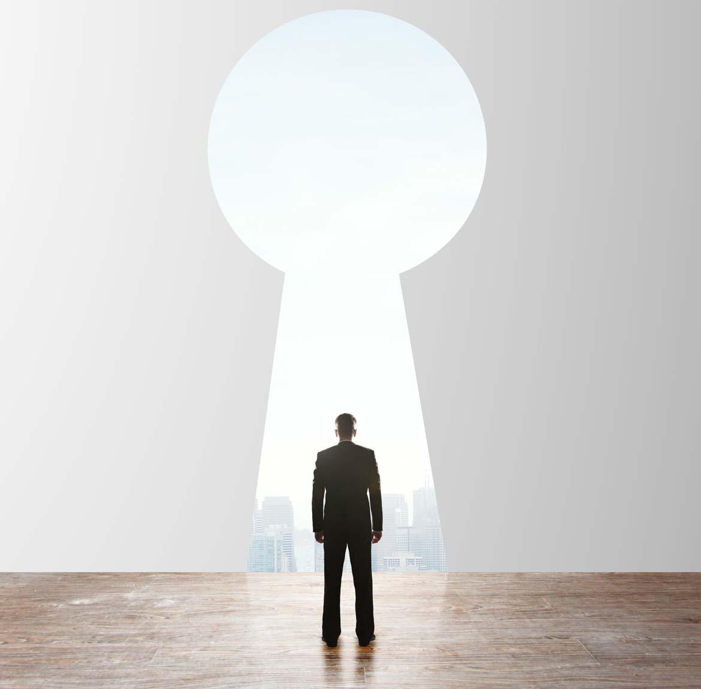 lichidari_big_39522483-businessman-looking-to-keyhole